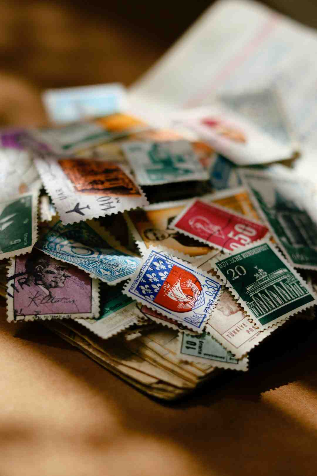 Comment coller des timbres sur une enveloppe ?